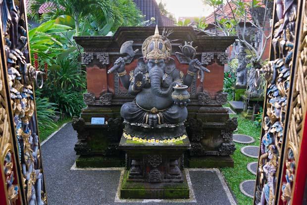 Uno de los muchos patios interiores de una casa dedicados a los dioses.