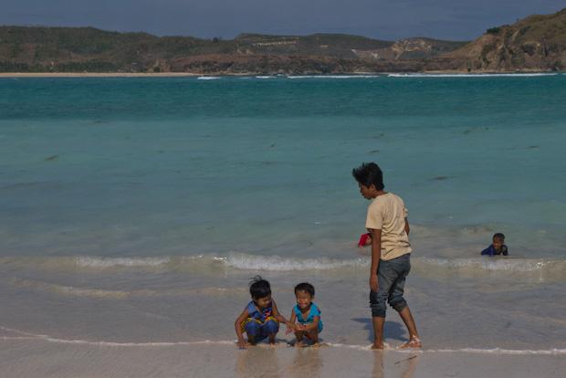 No estoy acostumbrado a ver a los niños y mayores bañarse en la playa con ropa.