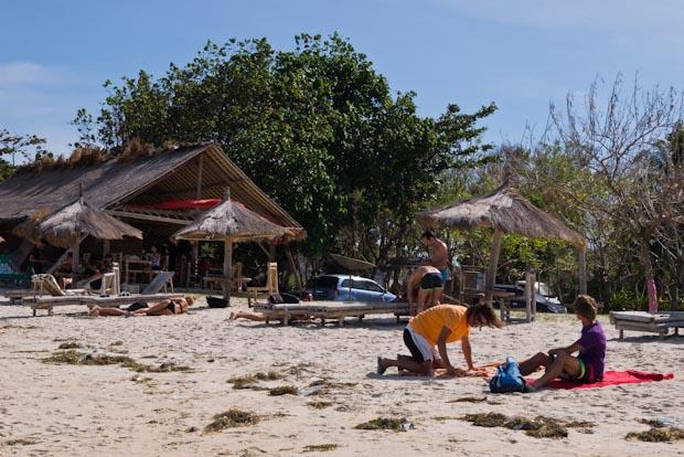 Bule (extrangeros) en uno de los extremos de la playa, para no mezclarse.