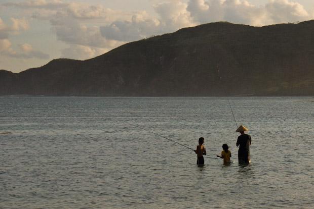 La marea baja del atardecer facilita pescar en familia desde dentro de las playas.