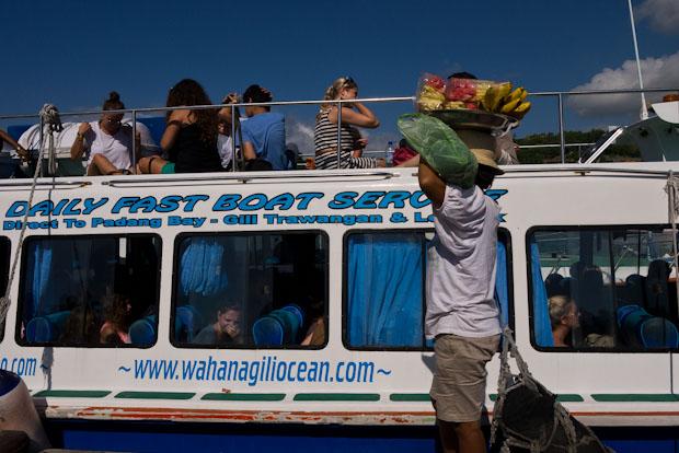 En el barco puedes ir arriba, aunque te puedes achicharrar literalmente con el sol, el viento y el agua.