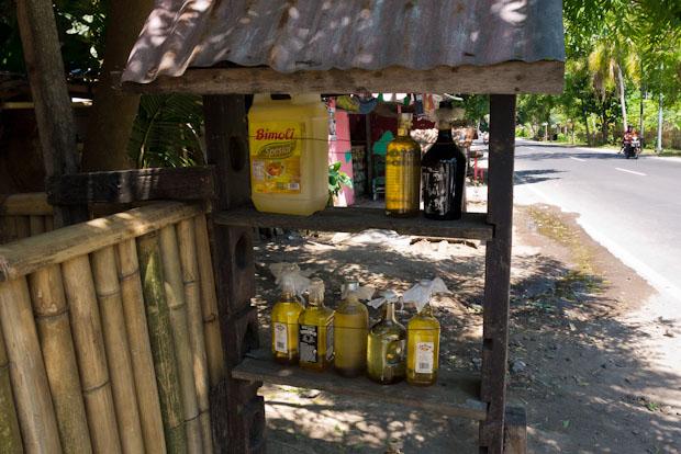 Gasolina por litros, en botellas de todo tipo.