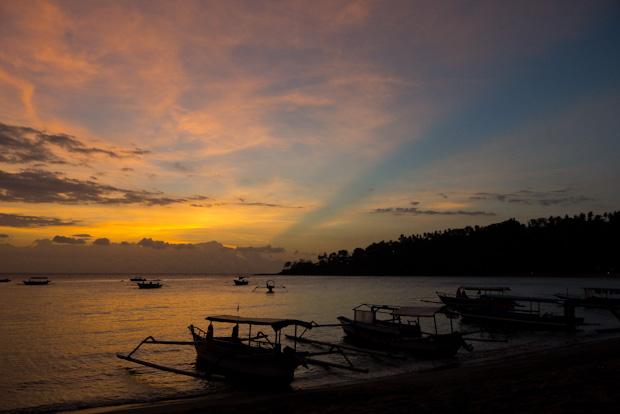 El rayo de sombra la hace el Gunung Batur, el volcán de Bali.