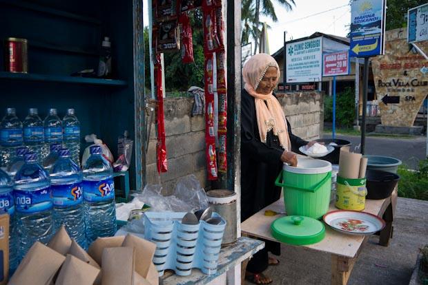 La abuela del desayuno, en su puesto de la carretera en Senggigi.