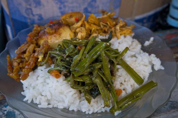Desayuno contundente. Las acelgas esas son muy comunes en Lombok.