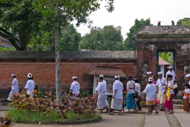 Gente desfilando por el Pura Lingsar.