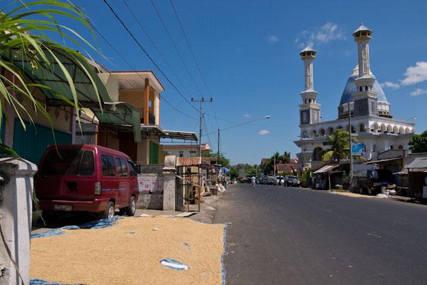 Cada pueblo con una mezquita como mínimo. A la izquierda, secando arroz.
