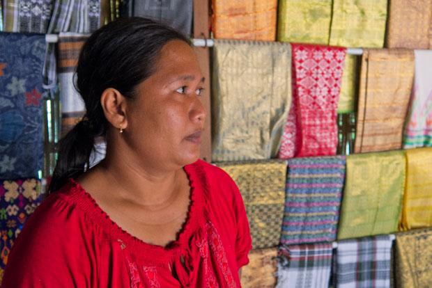 La encargada de la tienda de tejidos. Hay que estar seguro, porque no todos los hacen ellos.