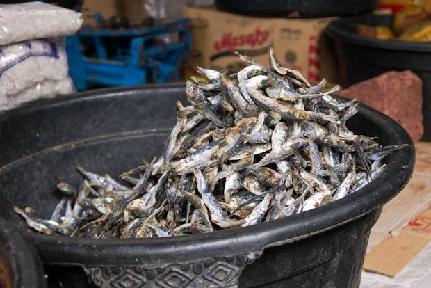 El pescado seco es básico en muchos de los platos y sopas de su dieta.