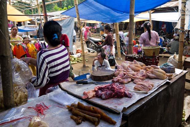 Parada de carne, sin miramientos. Carne fresca del día para vender en el día.
