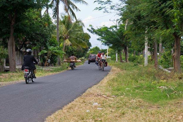Pareja de ciclistas (de unos 60 años) recorriendo las cuestas de Lombok en bici.