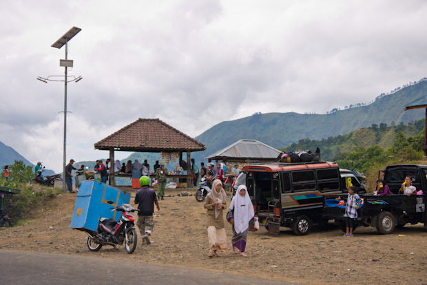 En la cima del puerto antes de bajar a Sembalun, donde la gente se reune para pasar el día.