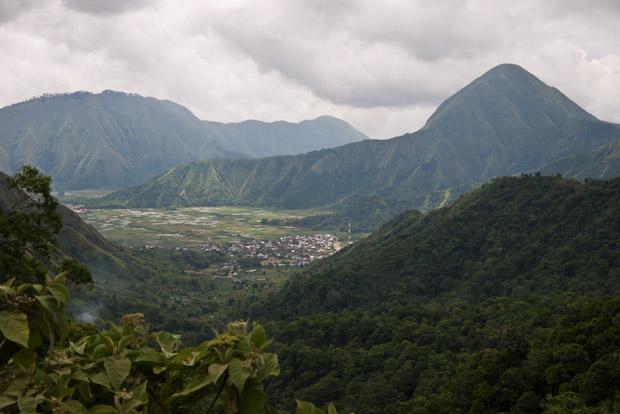Vistas desde la cima: Sembalun en el valle y las montañas de alrededor del Gunung Rinjani.