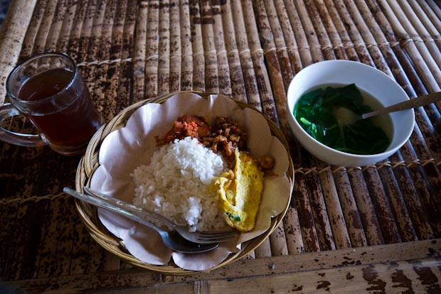 Plato de arroz con pollo y sopa de verduras un tanto insulsa para reponer fuerzas.