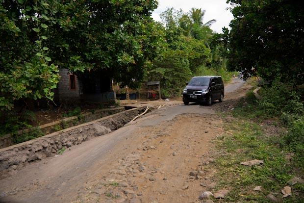 La carretera llega a desaparecer en algunos tramos del recorrido hacia Senaru.