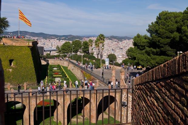 Entrada sobre el foso del castillo en el que fue fusilado el President de la Generalitat Lluis Companys.