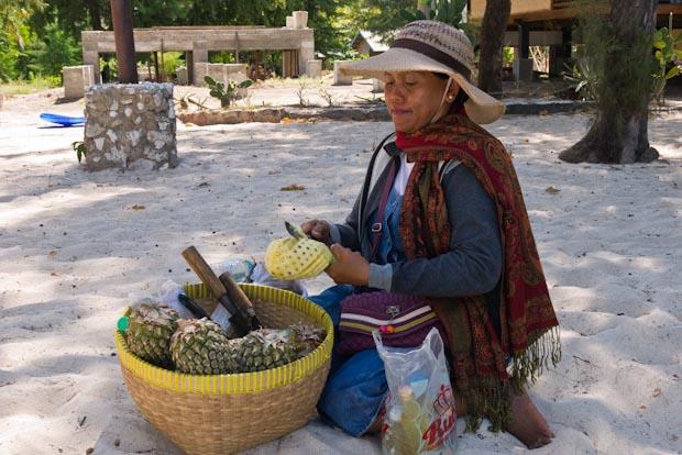 Vendedora de mangos y piñas. Algo que no hay que perderse.