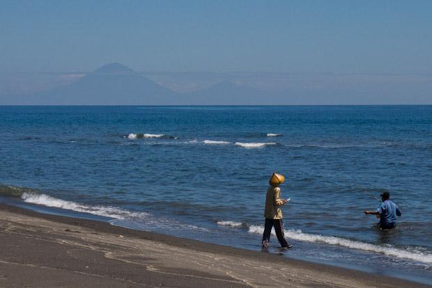 Día festivo para pescar. Gunung Batur al fondo (Bali).