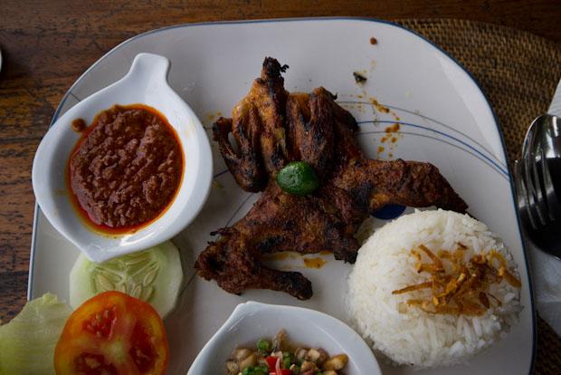 Ayam Taliwan. Pollo entero con salsa al estilo de Lombok.