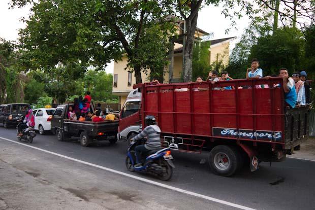 La caravana de vuelta a Mataram desde las playas, monumental.