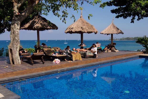 La piscina principal del hotel, junto a la playa. Desde ahí los atardeceres son impresionantes.