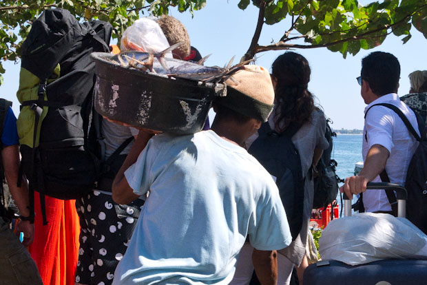 Cada día hay que llevar los suministros a las islas.