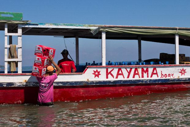El barco de las bebidas, cargando agua y bintang, omnipresente.