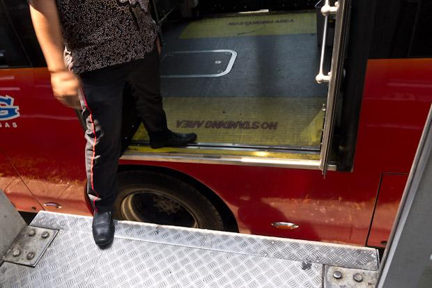 En el hueco del autobús cabe una persona sin problemas.