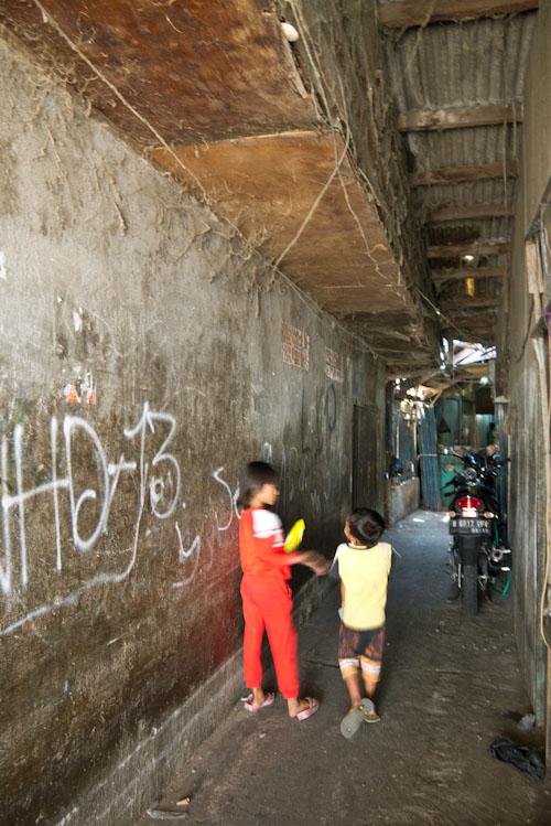 Muchos niños jugueteando por allí.