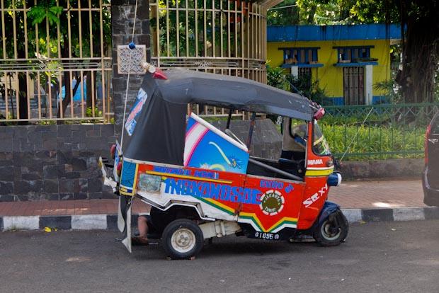 El tuk tuk  en Indonesia se llama bajaj.