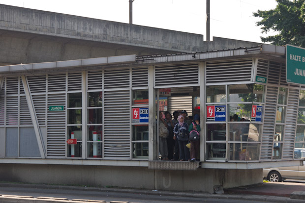 Estación del transjakarta, lleno hasta la bandera.