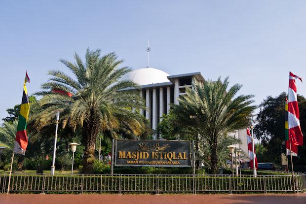 La gran mezquita Istiqlal frente a la catedral.