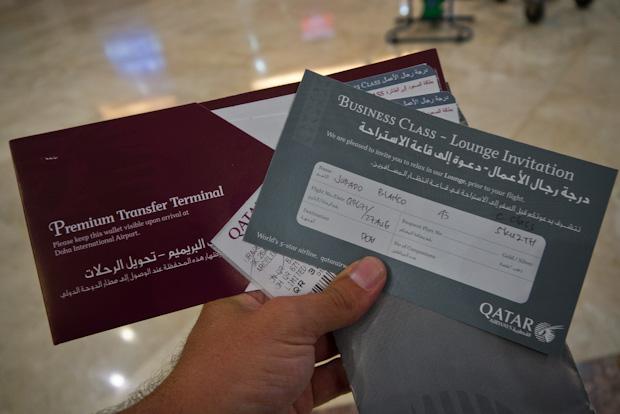 Mi tarjeta de embarque y una invitación para la sala business.