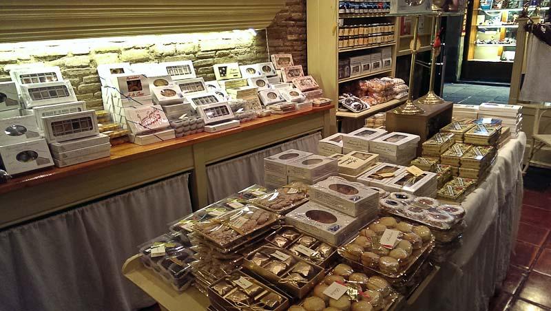 La tienda, repleta todo tipo de dulces.