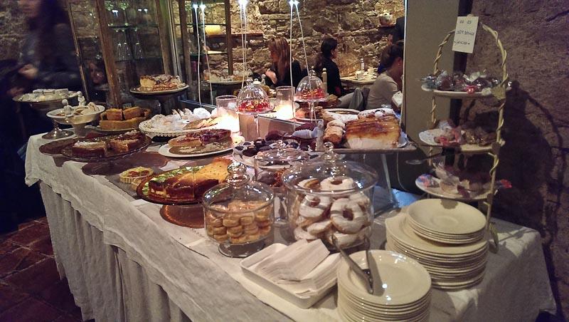 Buffet de dulces. No es autoservicio, pero pregunta y te contarán las virtudes de cada dulce.