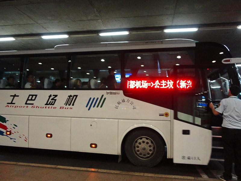 Autobús al centro de la ciudad, los de color blanco.