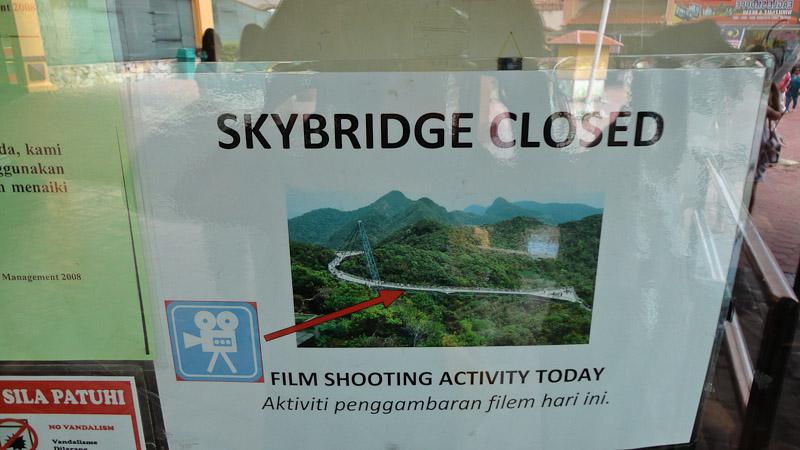 Los cierres al público deben ser frecuentes porque ya tienen un cartel hecho para las filmaciones.