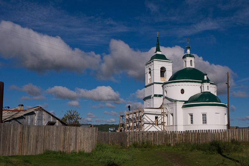 Iglesia del pueblo, aun en reconstrucción después de la guerra.