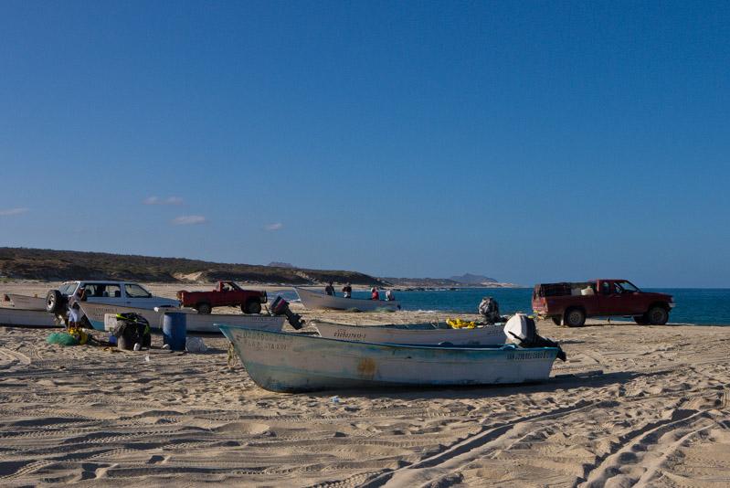 Baño en la playa antes de volver, junto a los pescadores preparando sus artes de pesca.
