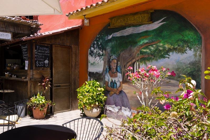 Cafetería El armario... ¿será la señora de la pintura la que salió de él?