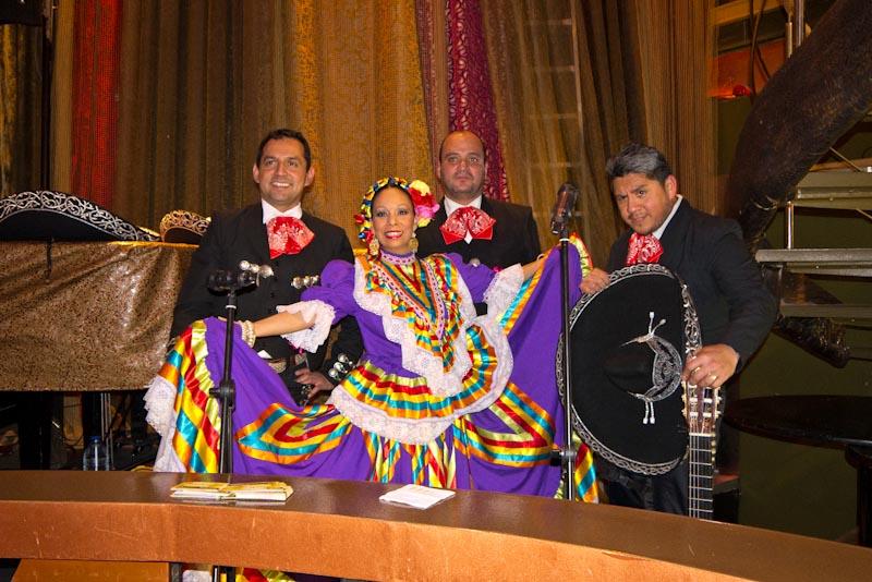 Componentes del grupo musical Mariachis Barcelona.