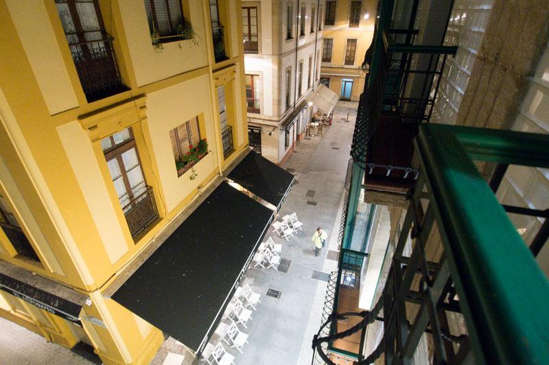 Vistas a la calle desde el balcón de la habitación.