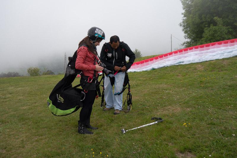 Ainara, compañera de salto preparándose el arnés y el equipo fotográfico.