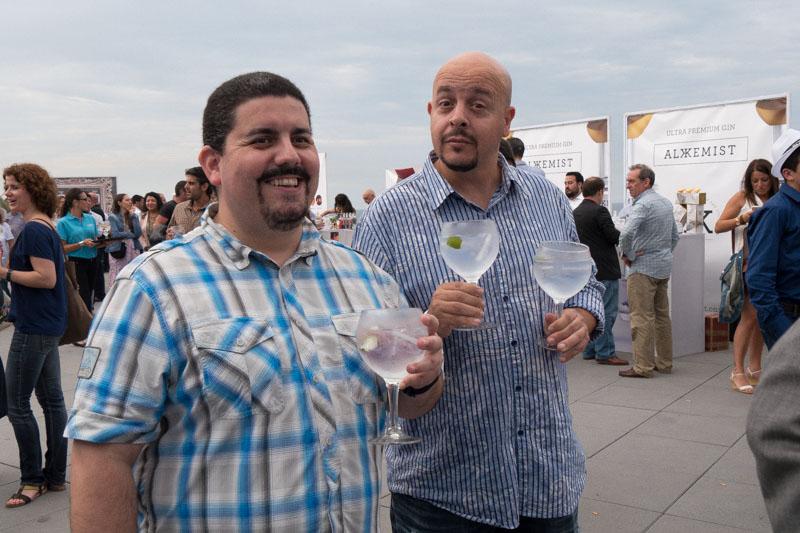 Recién llegado de Tailandia. El fotógrafo Rafa Pérez, a la derecha aguantándome la copa mientras les fotografío.
