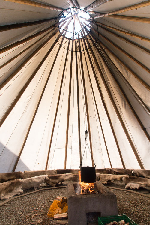 Casa tradicional de la cultura lapona. Con el fuego central como centro del hogar.