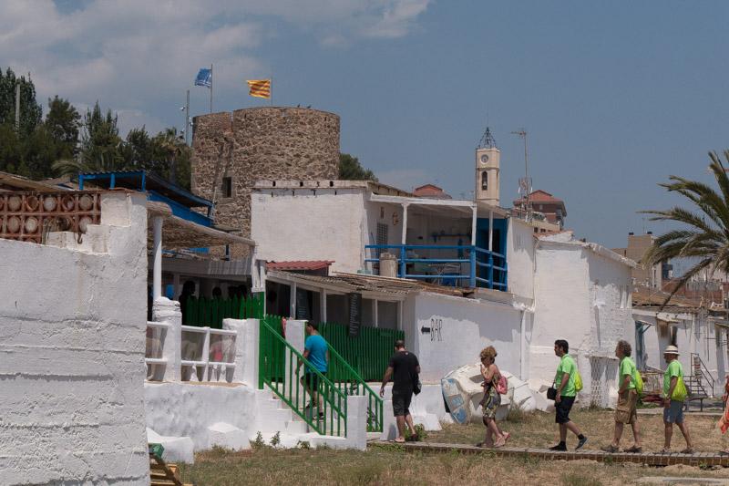 Playa de Montgat con la entrada a Baños Vírgen del Carmen a la izquierda.