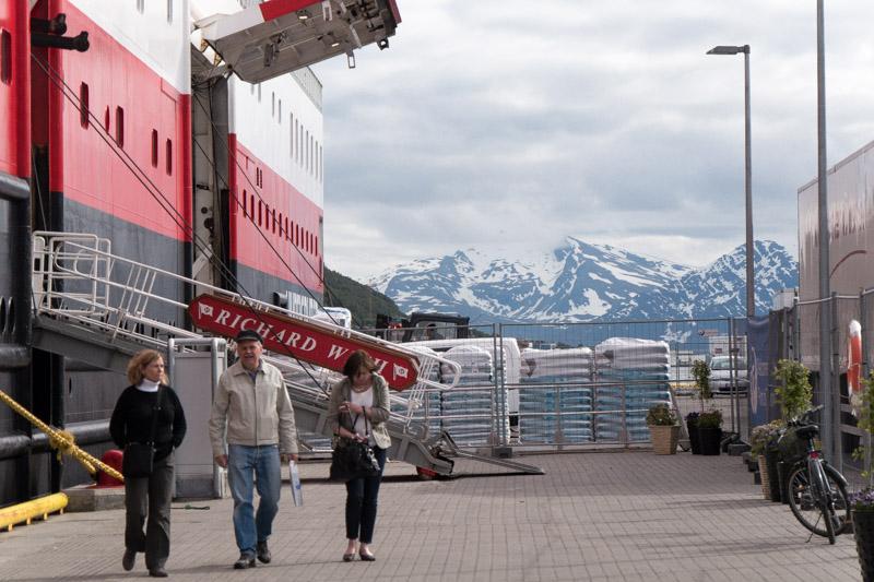 Turistas y mercancias llegan cada día a Tromsø en el ferry Hurtigruten.