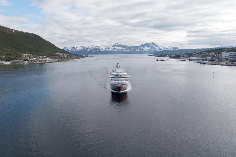 El Hurtigruten acabado de salir de Tromsø continuando su ruta hacia el norte de Noruega.