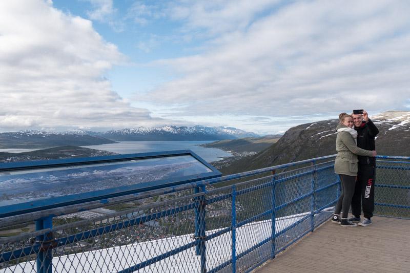 Mirador en la estación del teleférico, arriba en la montaña de Fløya.