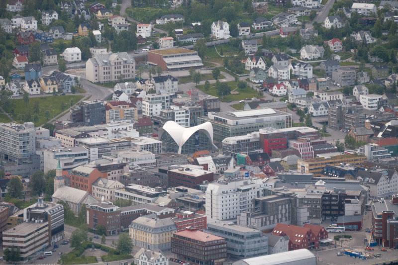 Biblioteca de Tromsø, en el centro de la imagen.